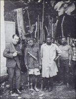 L'auteur va interroger deux gardes civiques qui viennent d'arrêter six maquisards du pays Bamiléké, Cameroun (1). - Il y a cinquante ans jour pour jour, le 1er janvier 1960, le Cameroun accédait à l'indépendance.  Officiellement, il s'émancipait sans heurts de la tutelle coloniale française – la partie anglaise devint indépendante en 1963, et l'unification des deux Cameroun eu lieu en 1972. Mais la réalité historique est bien différente : pour conserver le contrôle de ce pays et de ses abondantes richesses naturelles, la France va mener une guerre sans merci à tous ceux qui semblent menacer ses intérêts, du milieu des années 1950 à la fin des années 1970. Dans la ligne de mire de Paris, l'Union des populations du Cameroun, un parti politique qui réclame l'indépendance dès 1952 et est rapidement interdit : ses dirigeants et ses militants sont implacablement traqués et éliminés. Ainsi, Um Nyobé, le fondateur de l'UPC, tombe sous les balles de l'armée française en 1958. Félix Moumié, son successeur, meurt empoisonné par un agent français à Genève en 1960. Et au total, les opérations militaires menées au Cameroun par l'armée française - y compris après l'indépendance -, l'armée camerounaise et leurs supplétifs locaux, coûtent la vie à de très nombreux Camerounais (30 000 à 500 000, ou davantage, selon les sources). Paradoxalement, ces événements, qui courent d'une République à l'autre – IVème et Vème -, impliquent plusieurs exécutifs successifs, engagent l'armée nationale et sont motivés par l'intérêt de grands opérateurs économiques hexagonaux, demeurent quasiment inconnus en France. La discrétion est de mise. Ainsi, l'ouvrage de Mongo Béti « Main basse sur le Cameroun. Autopsie d'une décolonisation », publié chez François Maspéro en 1972, est censuré en France. La photo présentée ici est l'un des rares témoignages iconographiques – certes furtif et indirect - parus sur le sujet. Publiée dans un récit à la gloire de l'action des Européens en Afrique (1), elle ne suscit