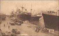 Douala, les quais. – « Douala, à l'embouchure du Wouri, est le port principal et la ville la plus importante. De grands travaux y ont été menés à bien et le port dispose de 600 mètres de quai en eau profonde permettant l'accostage simultané de quatre grands paquebots, avec les moyens de manutention et de stockage appropriés. De grands travaux sont en cours (quais, magasins, matériel) pour porter la capacité du port à 1 million de tonnes » (1). « Des dragages ont été effectués aux postes de mouillage qui peuvent recevoir des navires de 150 mètres de long. Devant la ville il existe 5 postes que peuvent prendre les navires ne désirant pas accoster à quai. On peut aussi mouiller en amont des quais. Les quais ont une longueur de 550 mètres avec des profondeurs au pied de 7 à 10 mètres ; ils bordent a ville et permettent l'accostage de 4 grands bâtiments. En amont le quai dit, du chalandage, où les profondeurs sont de 1 à 3 mètres, prolonge les quais précédents » (2). Sources : (1) Le Cameroun (dépliant d'information) Agence de la France d'outre mer, Paris, 1951. (2) Instructions nautiques – Côtes Ouest d'Afrique, Paris, Service Hydrographique de la Marine, 1941.