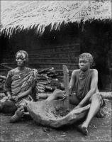 Femmes camerouniennes préparant leur repas. – « Les relations conjugales manquent le plus souvent, de tendresse et de justice. Rien qui ressemble à ce sentiment  qui est européen et plus encore français et que nous nommons l'amour. On peut dans un village passer des heures, des jours même, avec un jeune Noir sans qu'il vous présente sa femme, sans qu'on l'aperçoive avec elle ; à plus forte raison ignore-t-il le bras-dessus bras-dessous. […] Chez les Ewondo, les épouses, avec plus de tempérament, prennent plus de licences. Néanmoins, au tribunal indigène, quand deux hommes se disputent l'une d'elles, elle, qui montre de tels regards d'angoisse quand un de ses petits est malade, reste inerte et le regard vague, entre ses deux prétendants. Elle a moins l'air d'une épouse dont le sort se joue que d'une bouche au bureau de placement. Peu lui importe qui la battra ; elle sait que ce sera toujours avec le même bois. » Source photo et texte : J. Wilbois Le Cameroun, éditions Payot, Paris, 1934.