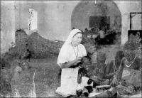 Mission de Dukula, apprentissage laborieux. Filles du Saint-Esprit. Saint Brieux (C.-du-N.) – « Ainsi, l'enseignement élémentaire, disons mieux le premier dégrossissage des petits Noirs, est l'affaire des missions ; à elles appartient, en dépit des mots, la véritable instruction « publique ». [...] Elles [les écoles missionnaires] seules pénètrent profondément dans la brousse. Les unes sont des écoles « reconnues », c'est-à-dire règlementées et contrôlées ; le français – 20 heures par semaine – y est obligatoire ; elles avouent plus de 8000 élèves. Les autres, « non reconnues », sont tout à fait libres de leurs programmes et de leurs méthodes ; leur enseignement est en général donné en langue indigène ; elles instruisent, disent-elles, plus de 50 000 enfants. Ces nombres sont incertains et sans doute trop faibles, car le catéchisme à lui seul donne un rudiment d'instruction. [...] Les soeurs [du St-Esprit] habitent toujours une maison séparée, qu'elles décorent toujours avec le charme un peu enfantin des couvents de France. Leurs moindres besognes c'est d'orner l'église ou d'assurer la cuisine. En outre l'une sera détachée au sixa, la seconde à l'école, la troisième à un dispensaire ».  Source : J. Wilbois Le Cameroun, éditions Payot, Paris, 1934