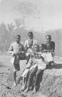 Jeunes étudiants à Akono - Dans la ville d'Akono, à 60 km au sud de Yaoundé, se trouve une mission catholique réputée pour sa belle église et son petit séminaire, établissement que fréquentent vraisemblablement ces