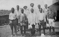 Cameroun Français, le Père avec un groupe de catéchistes