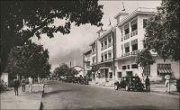 Abidjan, la rue du commerce et l'immeuble des Chargeurs Réunis. - Le quartier commercial historique d'Abidjan est implanté dans la moitié est du Plateau. Mais il ne subsiste aujourd'hui que peu de traces des bâtiments, bureaux, magasins et entrepôts témoignant de la prospérité commerciale de la ville de sa création à l'indépendance. Pour la plupart, ils ont cédé la place à une forêt de gratte-ciels surgit à l'époque du « miracle économique ivoirien », dans les années 1960 à 1980.