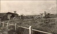Abidjan, l'aérodrome. – Au sortir de la seconde guerre mondiale, la desserte aérienne de la capitale ivoirienne reste assez anecdotique. Le terrain d'aviation, situé à une vingtaine de kilomètres de la ville, entre Port-Bouët et Grand-Bassam, dispose d'infrastructures rudimentaires. La piste en terre battue ne dépasse pas 1200 mètres – sa longueur devait être portée à 1800 mètres dès la fin des années 1940 – et les installations commerciales se bornent à un petit bar et une simple salle où sont effectuées les opérations de police et de douane. Ces bâtiments sont de modestes baraquements de bois. Les services administratifs sont encore peu implantés à l'aérodrome, et il faut faire venir un douanier depuis la ville lorsque se présente un appareil. Plusieurs compagnies aériennes se posent pourtant déjà à Abidjan. Air France y exploite des lignes depuis Dakar et vers l'intérieur de l'AOF, vers Lagos et Douala notamment. La compagnie nationale emploie pour cela des DC3, comme ici le F-BAII. Les Transports aériens intercontinentaux (TAI) - l'un des ancêtres d'UTA avec la compagnie UAT - suspendirent un temps leur desserte car la piste était un peu courte pour accueillir leurs DC4. Aigle-Azur a une ligne régulière vers Dakar, Casablanca et Paris. La Société algérienne de transports tropicaux relie Alger et la métropole française. Enfin, la SEMAF opère des rotations régulières d'hydravions Latécoère 631, depuis Biscarosse dans les Landes et via Dakar, pour transporter du fret.