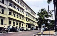 Abidjan, l'Hôtel du Parc – Rendez-vous obligé des Européens d'Abidjan, l'Hôtel du Parc n'acceptait pas, à l'époque coloniale, les clients africains - pas plus que le cinéma « Le Paris » voisin. Son bar, son restaurant étaient le lieu privilégie des réunions, formelles ou festives, des associations et syndicats européens. Les habitants blancs et noirs de la capitale ivoirienne – Abidjan était la capitale entre 1933 et 1983 – ne se mélangeaient guère en dehors des relations professionnelles, il n'existait d'ailleurs pas vraiment de lieu accueillant les deux communautés. Le bâtiment de l'Hôtel du Parc, issu de la transformation et de l'agrandissement de l'hôtel Bardon dans les années 1940, entendait en imposer par une architecture massive. C'était aussi, disait-on alors, le premier établissement climatisé d'Afrique de l'Ouest. Ses locaux sont occupés aujourd'hui par une galerie commerciale, qui reprend les noms prestigieux des établissements qui l'ont précédée. L'artiste Nanou Guily, exploitant du night-club abidjanais « L'Isba » entre les années 1970 et 1990, a chanté la splendeur passée de l'Hôtel du Parc [http://nanougiuly.com/Hotel.mp3].