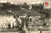 Chemin de fer. Travaux du pont du N'Zi (kilom. 181) – Les travaux du chemin de fer « Abidjan-Niger » débutent en 1904. En 1909, le N'zi, une rivière, constitue la dernière grosse difficulté de la partie équatoriale du tracé ferroviaire ; il est franchi grâce à un viaduc de 255 mètres de long. L'ouvrage et la gare de Dimbokro sont inaugurés le 11 septembre 1910, par le gouverneur général Angoulevant. La gare de Dimbokro reste le terminus du premier tronçon exploité, long de 181 km, jusqu'à l'ouverture en 1912 d'un nouveau tronçon de 135 km menant à Bouaké. Puis, entre 1919 et 1923, les 55 km séparant Bouaké de Katiola sont couverts. Entre 1924 et 1929 le tronçon Katiola-Ferkéssédougou, long de 187 km, est construit ; les 238 km supplémentaires, permettant de rallier Bobo-Dioulasso, sont achevés en 1932. La jonction ferroviaire entre Abidjan et Ouagadougou est réalisée en 1954. Enfin, du temps de la révolution Burkinabè (1983-1987), un réel effort populaire permet la construction d'un tronçon supplémentaire d'une centaine de kilomètres jusqu'à Kaya, à l'instigation de Thomas Sankara lui-même. Ce dernier tronçon n'a jamais été exploité. L'ambition était de joindre le gisement de manganèse de Tambao, à 200 km au nord de Kaya, sur lequel le pays fondait alors beaucoup d'espoirs.