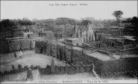 Bondoukou, vue de la ville – « Bondoukou, octobre 1903.  Je suis venu à Bondoukou par l'Indénié et Assikasso. […] Bondoukou est dans la région des savanes. Le poste est situé à flanc de coteau, tout près de la ville. Plusieurs avenues bordées de flamboyants convergent vers la résidence, bâtiment en pisé composé de quatre pièces séparées par une grande salle. Bondoukou est une ville soudanaise, aux maisons en pisé, à toits plats. La population, de race Mandé-Dioula, est dirigée par un Almany, cher religieux et temporel de la ville. Les autochtones sont les Koulangos, envahis et conquis par les Abrons (sous Louis XIII) venus de la Gold-Coast. […]  Oui, vraiment, Bondoukou est un cercle agréable… ». Source : Correspondance d'Albert Nebout (1862-1940), rassemblée et publiée dans Nebout, Albert, Passions Africaines, Genève, Editions Eboris, 1995.