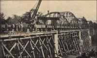 Viaduc du N'zi, montage de la 6ème travée. –  Les travaux du chemin de fer « Abidjan-Niger » débutent en 1904. En 1909, le N'zi, une rivière, constitue la dernière grosse difficulté de la partie équatoriale du tracé ferroviaire ; il est franchi grâce à un viaduc de 255 mètres de long. L'ouvrage et la gare de Dimbokro sont inaugurés le 11 septembre 1910, par le gouverneur général Angoulevant. La gare de Dimbokro reste le terminus du premier tronçon exploité, long de 181 km, jusqu'à l'ouverture en 1912 d'un nouveau tronçon de 135 km menant à Bouaké. Puis, entre 1919 et 1923, les 55 km séparant Bouaké de Katiola sont couverts. Entre 1924 et 1929 le tronçon Katiola-Ferkéssédougou, long de 187 km, est construit ; les 238 km supplémentaires, permettant de rallier Bobo-Dioulasso, sont achevés en 1932. La jonction ferroviaire entre Abidjan et Ouagadougou est réalisée en 1954. Enfin, du temps de la révolution Burkinabè (1983-1987), un réel effort populaire permet la construction d'un tronçon supplémentaire d'une centaine de kilomètres jusqu'à Kaya, à l'instigation de Thomas Sankara lui-même. Ce dernier tronçon n'a jamais été exploité.  L'ambition était de joindre le gisement de manganèse de Tambao, à 200 km au nord de Kaya, sur lequel le pays fondait alors beaucoup d'espoirs.