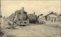 Gare provisoire de Dimbokro, arrivée de trains. – Les travaux du chemin de fer « Abidjan-Niger » débutent en 1904. En 1909, le N'zi, une rivière, constitue la dernière grosse difficulté de la partie équatoriale du tracé ferroviaire ; il est franchi grâce à un viaduc de 255 mètres de long.  L'ouvrage et la gare de Dimbokro sont inaugurés le 11 septembre 1910, par le gouverneur général Angoulevant. La gare de Dimbokro reste le terminus du premier tronçon exploité, long de 181 km, jusqu'à l'ouverture en 1912 d'un nouveau tronçon de 135 km menant à Bouaké. Puis, entre 1919 et 1923, les 55 km séparant Bouaké de Katiola sont couverts. Entre 1924 et 1929 le tronçon Katiola-Ferkéssédougou, long de 187 km, est construit ; les 238 km supplémentaires, permettant de rallier Bobo-Dioulasso, sont achevés en 1932. La jonction ferroviaire entre Abidjan et Ouagadougou est réalisée en 1954.