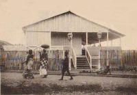 Grand-Bassam, le Cercle de l'Union. Ce bâtiment construit en 1910 était un lieu de détente pour les privilégiés, riches commerçants syriens et libanais, Européens et quelques Africains particulièrement nantis. C'est aujourd'hui un centre de céramique.