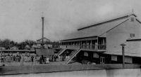 Cour de la Cie F. A. O. à Grand-Bassam – La CFAO (Compagnie française de l'Afrique Occidentale), fondée en 1888 et qui fait aujourd'hui partie du groupe Pinault, s'installe en 1902 à Grand-Bassam. Grand-Bassam n'est pourtant plus la capitale de la colonie. Une épidémie de fièvre jaune, qui a tué 75 % de la population de Grand-Bassam en quelques semaines en 1900, a entraîné son déplacement sur le site plus sain de Bingerville.