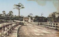 Sassandra, pont Général Weygand – Carte postale édité à Nice pour la librairie F. Merthy à Sassandra, peu après l'indépendance de la Côte d'Ivoire.