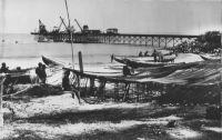 Wharf et Sassandra – Le wharf est mis en service en 1951et remplacé par le port de San Pédro en 1971. Il existait antérieurement un wharf destiné à l'embarquement des bananes, au N-N-W de la jetée. (Instructions nautiques Côtes Ouest d'Afrique n°414, services hydrographique de la Marine, Paris, 1943). Pour les navires relâchant à Sassandra, ce même manuel signale que l'on peut s'y procurer des bœufs, des moutons de la volaille et des fruits. - Carte postale édité par la librairie F. Merthy à Sassandra, peu après l'indépendance de la Côte d'Ivoire.