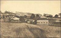 Freetown, Tower Hill. – « Nouvelle escale à Freetown qui est la capitale de la Guinée anglaise, de cette Sierra Leone qui appartint aux Portugais. La côte est découpée et bordée de verdures. La ville s'étage au flanc d'un coteau, mais le fond du décor est composé de deux petites chaînes de montagnes à demi enchevêtrées, dont un des sommets à la forme d'un pain de sucre. Rien ici de colonial ni d'africain. On se croirait au bord d'un lac de Lombardie ou du Tessin. La mer est d'un bleu délicat, presque tendre. Freetown ressemble à Lugano et les casernes du haut quartier, bien exposées au soleil, font figure de grands hôtels qui attendent les étrangers. » Sources : Bordeaux, H., Nos Indes noires, Paris, éditions Plon, 1936.