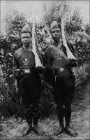 Police de Cape-Coast. – Carte postale diffusée par les missions africaines, 150 cours Gambetta, Lyon. - Les forces de police de la ville de Cape Coast, qui fut la capitale de la Côte-de-l'Or jusqu'en 1877, sont parmi les plus anciennes de la colonie. Elles sont les héritières directes des petites garnisons déployées par la Couronne britannique en 1830 spécifiquement pour la défense et la police des forts de Cape Coast et Accra. Cette période correspondait à un retrait des Anglais face à l'hostilité persistante des Ashanti, malgré leur défaite en 1826 à la bataille d'Akatamanso, près d'Accra. La gestion et la protection des possessions et forts britanniques furent alors confiées à un conseil de marchands, à la tête duquel Londres plaça le capitaine Georges Mcgeal. Durant les treize années où il demeura à Cape Coast, il jeta les bases de l'administration coloniale. Ne disposant ni de forces militaires conséquentes, ni même de mandat officiel pour ce faire, il basa son action sur la sagesse et le dialogue.