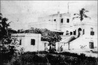 Cape Coast, Government House , en 1873. – La maison du gouverneur semble dater du début du XIXème siècle, elle est en effet quelques fois désignée comme « maison Hope-Smith » du nom d'un gouverneur de l'établissement de Cape Coast en poste vers 1915. L'édifice abrite aujourd'hui un certain nombre de services publics, et son élégante architecture d'origine est masquée par l'adjonction de multiples vérandas. La ville de Cape Coast demeure la capitale de la Gold Coast jusqu'en 1877, mais Accra, qui s'impose alors, était devenue le principal pôle commercial dès le milieu du siècle.