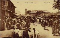 Accra. – La ville d'Accra devient la capitale de la Gold Coast en 1877, peu de temps après que celle-ci soit devenue une colonie de la Couronne britannique en 1874. Les différents quartiers de la ville s'étaient structurés à partir du XVIIème siècle, à proximité des forts européens. Puis progressivement, l'agglomération de ces noyaux initiaux a formé la ville. La ville acquiert des rôles culturels, économiques et politiques locaux, avant d'être investie par le projet colonial d'en faire le pôle économique et politique structurant de la colonie. Cette carte postale, éditée par Lévy et Neurben réunis, à Paris, est diffusée par la compagnie française SCOA (société commerciale de l'Ouest africain), et fait partie d'une série sur les colonies anglophones comptant également des clichés sur le Sierra Leone. Elle a été expédiée le 18 février 1924, d'Accra vers Bruxelles.