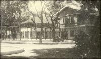 L'hôpital Ballay de Conakry, à la veille de l'indépendance. – Bâti entre 1899 et 1902, ce centre hospitalier moderne remplace le premier établissement, ouvert non loin de là en 1894 et devenu trop exigu. A l'heure où la capitale guinéenne, le pays entier et ses voisins affrontent une redoutable épidémie de fièvre Ebola, son nom a une résonnance toute singulière. C'est celui du médecin Noël Ballay, ancien lieutenant-gouverneur de la colonie, victime d'une épidémie de fièvre jaune. Au moment où le nouvel hôpital entre en fonction, au tout début du XXème siècle, il vient de succomber à Saint-Louis du Sénégal, où la maladie connait une flambée très meurtrière. Parti prêter main forte aux équipes soignantes, et contraint à assurer également l'intérim du gouverneur-général d'AOF tombé malade et évacué vers la métropole, il fait partie des très nombreuses victimes dans le corps médical. Saint-Louis, subit des épisodes de fièvre jaune récurrents, en 1830, 1881, 1890, 1900... Ce dernier décime le personnel sanitaire, ne laissant vivants que 2 médecins sur 25 dans la colonie ! Nombreuses autres villes africaines connaissent des tragédies comparables jusqu'à la mise au pont d'un vaccin dans les années 1930 et sa diffusion un peu plus tard. Ainsi, la capitale de la Côte d'Ivoire est transférée à Bingerville, après la terrible épidémie qui ravage la ville côtière  de Grand Bassam entre 1899 et 1900. La fièvre jaune reste endémique en zone tropicale et continue de faire des victimes parmi les populations non-vaccinées. Aujourd'hui, la Guinée semble très démunie face à la nouvelle menace virale. Mais il faut noter le piètre héritage de la période coloniale en matière sanitaire, et l'absence d'investissement de la part des régimes suivants. Au moment de son indépendance, en 1958, le pays ne dispose que de 58 médecins dont seulement 3 docteurs en médecine guinéens ! Par la suite, les préoccupations des gouvernants n'ayant guère été au bien être des populations, le développement du s