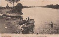 Kankan (Haute-Guinée française). Sur le bord du Milo (affluent du Niger). – La ville de Kankan en Haute-Guinée est située sur la rive gauche du Milo, le principal affluent de la rive droite du fleuve Niger. Le Milo, qui est navigable à partir de Kankan, permit, des siècles durant, la diffusion des produits de cette région vers le bassin du Moyen-Niger. A l'inverse, les produits d'importation diffusés avec la colonisation suivirent  ces mêmes axes fluviaux, mais de Bamako vers la Haute-Guinée. L'arrivée du chemin de fer Conakry-Niger, achevé en 1913, qui passait par Kouroussa (le point amont extrême de navigation sur le fleuve Niger) et avait Kankan pour terminus, bouleversa les équilibres de la région qui se trouva désormais tournée directement sur la façade atlantique.