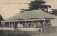 Boké, l'hôpital. - La Guinée dispose, à la fin de l'époque coloniale, d'un seul vrai hôpital (le vieil hôpital Bellay de Conakry), un hôpital de seconde classe à Kankan, 98 dispensaires et de moins de 60 médecins, dont 39 Guinéens sur 58 en 1958 (1). « Le budget du Service de Santé, en 1955, s'est élevé à 357 981 000 francs, soit 11,62 % du budget, dont environ 215 millions pour les dépenses du personnel. Ce personnel comprend, à l'heure actuelle, 17 docteurs en médecine, dont 3 Africains, 41 médecins africains, 58 sages-femmes et 306 infirmiers et infirmières. […] Les formations sanitaires du Territoire se répartissent en six catégories : hôpital, ambulance, gros centres médicaux, centres médicaux de chefs-lieux, dispensaires avec infirmiers, centres ce consultation fixes : elles comprennent au total 1471 lits. » (2). Sources : (1) Suret-Canale, Jean, La République de Guinée, Paris, Editions Sociales, 1970.  (2) Collectif, La Guinée Française, Paris, Cahiers Charles de Foucauld, 3ème série, n°44, 1956.
