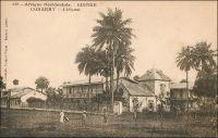 Conakry, l'hôpital. – Bâti entre 1899 et 1902, à plus d'un kilomètre du centre européen de la ville en bord de mer, l'établissement remplaçait un premier hôpital ouvert en 1894 à côté de l'Hôtel du Gouvernement et devenu trop petit.  Composé de quatre pavillons principaux d'un étage, reliés entre eux par des passerelles couvertes - une option souvent utilisée pour l'architecture sanitaire en zone tropicale -, et de quelques autres bâtiments annexes –cuisines, bains, morgue, pavillon de désinfection et pavillon des contagieux -, Il est encore aujourd'hui en service. Ces installations constituaient, à l'époque, la section européenne de l'hôpital, tandis qu'une section indigène était édifiée en dehors de l'enclos. On donna au nouvel établissement  le nom de « Hôpital Ballay », en hommage à l'ancien lieutenant-gouverneur de la colonie, médecin de formation, qui venait de succomber à l'épidémie de fièvre-jaune, en janvier 1902, au Sénégal où il occupait le poste de gouverneur. Un autre établissement hospitalier sera construit, à Donka en banlieue, en 1950.