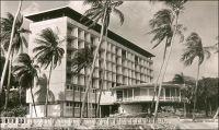 Conakry, l'Hôtel de France. – « Pour atteindre le port, les navires doivent contourner les îles Los et défiler venant du sud entre la cité rouge et verte des « Bauxites du Midi » fixée dans les îles, et le quartier résidentiel de Conakry, bouquet vert d'où jaillissent de puissants buildings de dix à quinze étages, l'hôtel de France et aussi la coupole de la cathédrale avec ses deux tours. […] on y goutte, aussi un peu, le confort de l'hôtel de France, achevé en 1954 et qui représente au bord de la mer, face aux îles, avec l'immense rotonde ventilée de sa salle à manger, un de ces haut lieux de rencontre où la camaraderie facile des Blancs d'Afrique s'exprime avec aisance et légèreté. » Source : La Guinée Française, Cahiers Charles de Foucauld, Paris, 1957.
