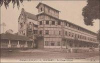 Conakry, le Grand Hôtel. - Le Grand Hôtel de Douala, écrit Jean Martret dans son ouvrage Les bâtisseurs de royaumes paru en 1932, « est ouvert par un certain Millet, qui était arrivé en 1917 à Douala après s'être fâché avec son beau frère avec qui il devait exploiter le Grand Hôtel de Conakry. »