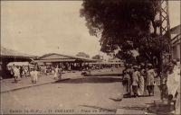 Conakry, Place du marché. – « Le marché de Conakry, où l'on voyait jadis à peine quelques vieilles femmes ou quelques négrillons vendant des oranges ou des petits tas d'arachides, fait aujourd'hui, pendant la saison de la traite, plus de 25 000 francs d'affaires par jour. Son port [de Conakry] a un mouvement annuel de 40 000 tonnes, représentant une valeur de plus d'un million. Il y a ici plus d'une vingtaine de maisons de commerce de premier ordre. » Source : Decourt, Dr Ferdinand, La famille Kerdalec au Soudan, Paris, Ed. Librairie Vuibert, 1910.
