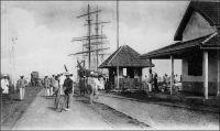 Wharf de Conakry. – « Bientôt le paquebot stoppa devant le wharf du Gouvernement. Long de 325 mètres, y compris la jetée en pierre qu'il prolonge, large de dix, ce wharf, commencé en 1896, est bâti en rhônier et en pitchpin  et permet l'accostage des vapeurs de commerce de cinq à six mètres de tirant d'eau. Sur ses bords sont disposés quatre mâts de chafge et deux grues à vapeur de quatre tonnes, pour le service desquelles on doit payer le modeste prix de vingt-cinq centimes par tonne. » Source : Decourt, Dr Ferdinand, La famille Kerdalec au Soudan, Paris, Ed. LibrairieVuibert, 1910.