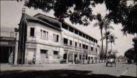 Conakry, hôtel du Niger. – Cet établissement a été fondé, comme le Grand Hôtel, par un entrepreneur corse dans l'entre deux guerres. Celui-ci, Jean-Babptiste Ferracci, né en 1884 à Sartène, était arrivé en Guinée à l'âge de 19 ans pour y exercer le métier d'agent de commerce. En 1938, son accession à la direction de l'Office guinéen des caoutchoucs et des palmistes consacre sa réussite professionnelle. Egalement investi dans la vie commune et dans la défense de la condition des indigènes, sa popularité le porte en 1936, au second tour de scrutin, au Conseil supérieur de la France d'Outre-mer. En 1947, il est élu à la seconde Assemblée nationale Constituante, dans le collège des citoyens de Guinée. Il avait reçu l'investiture de la fédération de l'AOF et du Togo de la SFIO, en même temps que Yacine Diallo, lors du le congrès extraordinaire de Dakar le 12 mai 1946. Puis il est également élu, dans le premier collège de Guinée, au Conseil de la République le 13 janvier 1947. Il s'emploie à améliorer la représentation politique des colonies et des départements d'outre-mer. Toujours en 1947, concrétisant un souhait ancien, il se fait élire maire de Sartène, sa ville natale. Il disparaît à Paris fin 1950, en cours de mandat. En 1951, l'entreprise Feracci fils ouvre à Camayenne en périphérie de Conakry et en bordure de mer, « l'Hôtel et le Restaurant Bar de Camayenne », établissement toujours réputé aujourd'hui. L'hôtel du Niger quant à lui existe toujours, mais serait vétuste. – « Voici les allées ombragées de Konakry, célèbres dans toute l'Afrique. Fromagers, manguiers, cocotiers. Plages sablées de roux, récifs noirs, métalliques. Un hôtel neuf et tout à fait confortable ». Source : Morand, Paul, A.O.F. de Paris à Tombouctou, Paris, Flammarion, 1928.
