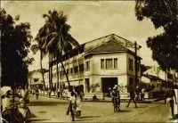 Conakry, route et hôtel du Niger. – Cet établissement a été fondé, comme le Grand Hôtel, par un entrepreneur corse dans l'entre deux guerres. Celui-ci, Jean-Babptiste Ferracci, né en 1884 à Sartène, était arrivé en Guinée à l'âge de 19 ans pour y exercer le métier d'agent de commerce. En 1938, son accession à la direction de l'Office guinéen des caoutchoucs et des palmistes consacre sa réussite professionnelle. Egalement investi dans la vie commune et dans la défense de la condition des indigènes, sa popularité le porte en 1936, au second tour de scrutin, au Conseil supérieur de la France d'Outre-mer. En 1947, il est élu à la seconde Assemblée nationale Constituante, dans le collège des citoyens de Guinée. Il avait reçu l'investiture de la fédération de l'AOF et du Togo de la SFIO, en même temps que Yacine Diallo, lors du le congrès extraordinaire de Dakar le 12 mai 1946. Puis il est également élu, dans le premier collège de Guinée, au Conseil de la République le 13 janvier 1947. Il s'emploie à améliorer la représentation politique des colonies et des départements d'outre-mer. Toujours en 1947, concrétisant un souhait ancien, il se fait élire maire de Sartène, sa ville natale. Il disparaît à Paris fin 1950, en cours de mandat. En 1951, l'entreprise  Feracci fils ouvre a Camayenne en périphérie de Conakry et en bordure de mer, « l'Hôtel et le Restaurant Bar de Camayenne », établissement toujours réputé aujourd'hui. L'hôtel du Niger quant à lui existe toujours, mais serait vétuste.