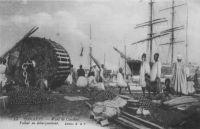 Conakry, le wharf, Voilier en débarquement  - Le port de Conakry bénéficie, en 1948, de 661 mètres de quais, soit 300 m. de quais par tirant d'eau de 8 m. ou plus, 155 m. de 6,5 m. à 8 m. et 206 m. à moins de 6,5 m. En outre, le port dispose de 4400 m. de voies ferrées, d'une cale de halage de 400 tonnes et de 3 cales pour petites embarcations, de 9 hangars à marchandises couvrant 8430 m2. Il possède 2 remorqueurs, 9 chaloupes et 8 chalands. Les phares et balises sont Tamara, Boulbinet et les feux du port. En 1945, le trafic est 2313 navires jaugeant 228 779 tonnes, 3125 passagers, 47 500 tonnes importées et 26 386 tonnes exportées. Guid'AOF, éditions Agence de Distribution de Presse et Agence Havas AOF, Dakar, 1948
