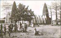 Bobo-Dioulasso, la mosquée. – La construction de cet édifice, tout de banco et hérissé de bois, a débuté en 1894 sous la direction de l'Almany Sakidi Sanou. Ce religieux avait été sollicité, quelques années auparavant, par le roi de Sya pour l'aider à repousser l'offensive de Tiéba Traoré, dit « Tiéba le Grand », souverain du royaume du Kénédougou dont la capitale était Sikasso. Le religieux avait négocié, en cas de victoire sur les assaillants, la construction d'une mosquée. L'avance de Tiéba fut finalement stoppée à Bama, à une trentaine de kilomètres de Sya… Le royaume du Kénédougou, à la tête duquel avait succédé Babemba Traoré, le frère de Tiéba, dès 1893, fut conquis par les troupes françaises en 1898. Le roi, préférant la mort à l'humiliation, se suicida. Sakidi Sanou, avait quant à lui succombé l'année précédente à la violence coloniale, assassiné par les Français, comme de nombreuses personnalités islamiques de la région.
