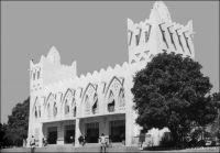 Bobo-Dioulasso, la gare - Photo publiée en 1953. « Encore 60 kilomètres et nous entrons en gare, magnifique bâtiment qui, de 1933 à 1942, fut le terminus de la voie ferrée. Il fait vraiment honneur aux officiers et sous-officiers du génie français, qui en plein centre africain ont pu réaliser un tel travail ! Bobo est un gros centre cosmopolite : plus de 10 000 indigènes de toutes races s'y sont donné rendez-vous (Malinké, Bambara, Dioula, Mossi, Sia et Bobo). La gare domine la cité où émergent de-ci de-là quelques minarets. En sortant, nous voyons d'immenses entrepôts qui témoignent de l'activité commerciale de cette cité ; puis de larges avenues descendent en patte d'oie vers le centre de la ville, celle de droite nous conduit à la place de l'Etoile, à quelques mètre de laquelle nous apercevons les bâtiments de la mission des Pères Blancs ». Sources :  Paternot, Marcel, Lumière sur la Volta – Chez les Dagari, Lyon, Editions de la plus grande France, 1946.