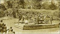Haute Volta, le passage de la Volta Noire. – La Vola Noire, aujourd'hui appelé Mouhoum, est un affluent du fleuve Volta. « La Volta Noire [est] le plus long et le plus considérable des fleuves de la boucle du Niger. Son tracé suit une ligne curieusement parallèle au cours de ce grand fleuve ; comme lui il a sa courbe et des biefs présentant les mêmes signes. Prenant sa source non loin de Bobo-Dioulasso, la Volta Noire remonte au Nord-Est vers Dédougou, puis redescend droit au Sud jusqu'à Kintampo pour rejoindre la Volta Blanche ; elles forment alors la Volta proprement dite qui se jette dans le Golfe de Guinée entre Accra et Lomé. […] Les indigènes […] utilisent de nombreuses pirogues pour traverser le fleuve ou pour la pêche, et l'autorité militaire jusqu'en 1910 profitait des eaux profondes de la période hivernale pour ravitailler depuis Koury les postes de Léo et Diébougou en utilisant des chalands de deux tonnes ». Source : Paternot, Marcel, Lumière sur la Volta – Chez les Dagari, Lyon, Editions de la plus grande France, 1946.