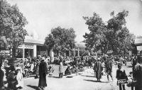 Bobo-Dioulasso, le marché, début des années 1950. – La ville de Bobo-Dioulasso, chef-lieu du cercle du même nom, compte 32 418 habitants ( 1118 Européens dont 70 étrangers et 613 militaires, et 31 300 Africains dont 3060 militaires) en 1948. À la même époque, Ouagadougou, qui est chef-lieu de colonie, de cercle et de subdivision, ne compte que 20 215 habitants (215 Européens dont 42 étrangers et 20 000 Africains).