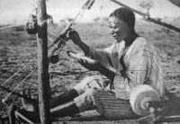 Un métier à tisser, dans le Mossi, années 30 – « On y travaille des pieds et des mains. »