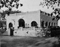 Ouagadougou, le Volta Club - Club des fonctionnaires français durant la période coloniale, il était le pendant civil du mess des officiers près de l'Etat major. Démoli depuis, il se trouvait en face de la Mairie actuelle de Ouagadougou. Il y a aujourd'hui à sa place un petit jardin.