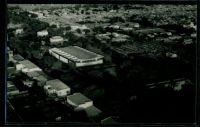 Ouagadougou, le marché, vers 1950 – Il s'agit du marché Rood Woko, agrandi et modernisé en 1983, puis partiellement détruit dans un incendie le 27 mai 2003.