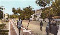 Fort-Lamy, l'avenue Edouard-Renard. Photo d'amateur. - Edouard Renard, qui donne son nom à cette avenue de Fort-Lamy mais aussi à une place parisienne du 12ème arrondissement, fut gouverneur-général de l'AEF entre juillet 1934 et mars 1935. Dès son arrivée à Brazzaville, il manifeste un vif intérêt, tout à fait inédit pour un fonctionnaire à ce poste, pour la vie sociale des Africains. Il contribue notamment à l'amélioration du système éducatif, en initiant la création d'une école supérieure indigène pour la formation des cadres locaux. La région connaissait, il est vrai, un grand dénuement en la matière, et il n'y avait eu que 65 candidats au certificat d'études primaires en 1933 pour toute l'AEF ! Edouard Renard périt dans ses fonctions, tué avec sa femme dans l'accident d'un avion qui s'écrasa le 15 mars 1935 dans les marécages de la rive gauche du fleuve Congo à côté de la ville de Bolobo. C'est son successeur, le gouverneur-général Félix Eboué, qui concrétisa formellement son projet et lança l'école, pendant dans la région de celle fondée pour l'AOF à Dakar par William Ponty.