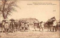 Zinder, départ d'un convoi pour les postes. – Le ravitaillement des postes administratifs et militaires, éparpillés sur le vaste territoire de l'actuel Niger, était une affaire complexe au tout début du Xxème siècle. Les distances à franchir, avec des convois de chameaux, de bœufs-porteurs et d'ânes, étaient interminables et éreintantes, pour les hommes comme pour les bêtes. « Les longues étapes ruinaient les animaux. De plus ces grands voyages présentaient le grave inconvénient d'obliger les convois à emporter pour leurs bêtes de lourdes charges de mil, d'où abus de toutes sortes : villages évacués, habitants retirés dans la montagne, la lance à la main », raconte le Gal Gouraud, un pionnier du Niger dans ses mémoires (1). Une solution consista à créer des postes intermédiaires quand les distances étaient trop grandes, comme celui de Laham, implanté à mi-parcourt, pour couper en deux les deux cents kilomètres qui séparent Tahoua de Filingué. De plus, des secteurs de dimensions raisonnables furent institués, des bêtes et du personnel spécialement affecté à chacun. « Les convois ne marchent plus que sept jours chargés, après quoi ils reviennent à vide. Les escortes et les convoyeurs emportent leur mil mais trouvent la viande sur pied dans les postes. Ils ne doivent rien demander dans les villages », précise le général. Enfin un officier responsable de l'organisation des convois est installé, à partir d'août 1901, en la personne du capitaine Salaman. Sources :  (1) Gouraud, Général, Zinder, Tchad - Souvenirs d'un Africain, Paris, Plon, 1944.