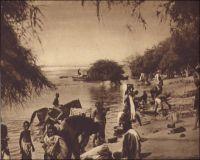 Le Niger à Niamey.  – Le Général Gouraud raconte ainsi le fondation de la ville, au sens militaire et administratif du terme, en septembre 1901 : « La situation du poste de Sorbo, non loin des berges du fleuve, ne présentait aucun avantage : l'artère commerciale dont on nous avait parlé n'existait pas. A peu de distance, Niamey, petit village à proximité d'un gros marché, de site salubre me parait favorable, d'autant mieux que là se trouve la tête de notre ligne d'étapes fluviales (Niamey est aujourd'hui le chef-lieu de la colonie). Ce sera la résidence du commandant de cercle, de son adjoint, du chef des services administratifs, qui aura sous sa surveillance immédiate le magasin de réserve de ravitaillement qu'y déposera la flottille du Bas-Niger. […] Le commandant de cercle aura sous son autorité les populations situées entre le Niger et le Dallol Bosso ». Source : Gouraud, Gal, Zinder Tchad, Paris, Plon, 1944.