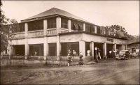 Fort-Lamy, la poste. – L'organisation du service postal, au début de la présence coloniale française et jusqu'à l'arrivée du courrier aérien, est particulièrement complexe pour cette capitale éloignée des côtes. Au début de la présence française, et jusqu'en 1911, le courrier avec la métropole était acheminé par deux voies distinctes : Bordeaux-Brazzaville-Fort-Lamy et Cotonou-Zinder-Fort-Lamy. La première, la plus utilisée était la moins rapide, et la correspondance arrivait souvent en mauvais état, mouillée, parce que transportée dans des sacs de toiles exposés aux intempéries, autant dans les étapes terrestres que sur les baleinières découvertes employées sur les tronçons fluviaux. Par Cotonou et Zinder, on gagnait quelques jours, mais le courrier arrivait souvent déchiqueté à cause des longues étapes à cheval ou à dos de chameau. A partir de 1911, des accords entre Français, Britanniques et Allemands permettrent d'ouvrir une voie plus complexe mais bien plus rapide : Paris-Liverpool-Lagos-Kano-Kousseri-Fort-Lamy. Liverpool à Kano étant en territoire anglais, et Kousseri en territoire allemand. « La voie Paris-Kano-Fort-Lamy est certainement la plus avantageuse. Les correspondances ne mettent pas plus d'un mois et demi pour parvenir d'Europe au territoire », estime le Général Largeau dans ses mémoires récemment éditées, même si ce trajet ne fonctionne que dans le sens aller vers le Tchad. Les retours se font longtemps encore par Brazzaville. Sources : Largeau, Victor-Emmanuel, A la naissance du Tchad 1903-1913, Saint-Maur, Editions Sépia, 2001.