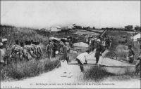 De Béhagle partant vers le Tchadt avec Mercuri et les pirogues démontables. – Cette expédition, entamée en 1897, connut une fin tragique : l'infortuné Jean-Ferdinand de Béhagle fut pendu en place publique à Bikoa, dans le sud du Tchad, sur ordre du sultan Rabah à la mi-septembre 1899. Né en 1857, Béhagle avait commencé très jeune une carrière dans la marine marchande, qui fit de lui un capitaine au long cours. Changeant de voie, il devint à partir de 1885 administrateur de communes mixtes en Algérie, où il se familiarisa avec les courants politiques et religieux de l'islam. En 1892, il prit part à la mission Maistre, partie explorer la circulation entre les bassins du Congo et du Tchad. Le goût de l'aventure et l'accueil enthousiaste qui l'attendait à son retour en France un an plus tard, l'incitèrent à monter sa propre expédition. Le projet était ambitieux : il voulait joindre la Méditerranée à partir du Congo. Pour cela, il avait des idées novatrices tant au plan politique, économique que technique. Ainsi, il pensait que Rabah, en lutte contre l'Angleterre, chercherait à s'entendre avec la France et ses représentants. Pragmatique, il voulait associer des commerçants musulmans à l'entreprise, pour faciliter et pérenniser les rapports avec les populations islamisées. Enfin, i avait inventé un bateau métallique démontable en tronçons de 150 à 200 kilos, lesquels retournés sur un châssis à roues pouvaient être traînés par deux hommes. Mais le montage financier de la mission s'avéra plus fastidieux, et seule la Société africaine de France lui octroya de maigres crédits. Il débarqua à Loango le 25 juin 1897, accompagné de Toussaint Mercuri, un français d'Afrique du Nord, et de quatre musulmans. La photo le montre vraisemblablement à  cette étape de son funeste voyage : il semble que les pirogues évoquées dans la légende soient en fait son fameux bateau démontable. Mais l'ingénieux  système, qui avait satisfait à des essais sur la Seine avant le départ de Métropole, s'av