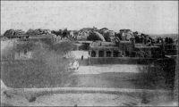 Zinder. – Description de Zinder en avril 1902, quand y entre le commandant Gouraud : «La ville est entourée d'un fort rempart à dents de scie en bon état, rappelant celui de Sikasso […] les rues de la ville sont étroites, comme dans toutes les villes soudanaises. Peu de maisons en terre, beaucoup de cases en paille, d'immenses trous, là où on a pris la terre, des amas de blocs de grès arrondi et lavé par les pluies, une des caractéristiques du pays. La ville est sale, les vautours et les chiens étant seuls chargés de la voirie. Beaucoup de beaux arbres dans la ville et aux environs. […] Zinder est le grand centre de transit de cette partie de l'Afrique centrale. […] Au Nord, à 1500 mètres [de Zinder], se trouve la ville Targuie de Zengou. […] On y rencontre des Tripolitains, quelques Touareg. Elle compte 4 à 5000 habitants. […] Le marché de Zengou est animé. On y trouve en particulier de beaux cuirs, les bottes en filali de toute l'Afrique centrale et que nous portons nous-mêmes, des brides brodées ; les bijoux ne valent pas les délicats filigranes des bijoux soudanais et sénégalais ; il y a de jolies calebasses ouvragées de toutes dimensions, la calebasse pouvant servir d'écuelle aussi bien que de malle aux femmes du pays, qui y empilent leurs étoffes et leurs ustensiles et la portent sur la tête. On y voit des musiciens, des danseuses, aux cadences lentes et balancées, un homme-orchestre. Il y a encore sur le marché de Zengou du sel de Bilma, comme à Tombouctou du sel de Taodénit ». Source : Gouraud, Général, Zinder, Tchad - Souvenirs d'un Africain, Paris, Plon, 1944.