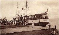 Saint-Louis-du-Sénégal, départ du courrier fluvial. - Longtemps, le moyen le plus direct pour joindre l'intérieur du Sénégal et le Soudan, depuis l'extérieur du continent, resta la voie fluviale sur le fleuve Sénégal, de Saint-Louis jusqu'à Kayes. Au-delà, courrier, marchandises et voyageurs devaient emprunter les pistes soudanaises jusqu'au fleuve Niger et à nouveau la voie fluviale jusqu'au grands centres du Soudan. A compter de 1904, le chemin de fer entre Kayes et Bamako (et le port de Koulikoro pour le trafic fluvial sur le Niger) vint grandement améliorer la partie terrestre du trajet. En 1924, la mise en service du tronçon ferroviaire entre Thiès et Kayes, mettant Bamako à moins de deux jours de train du port de Dakar, scella le déclin de la navigation commerciale sur le fleuve Sénégal. Le port de Saint-Louis avait quant à lui commencé à péricliter à mesure que se développait celui de Dakar, la ville étant devenue capitale de l'AOF en 1902.