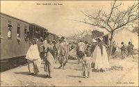 Dakar, en gare. – « Le train du Soudan part tous les mardis. Alors les bateaux s'arrangent pour arriver le mercredi ! [...] Les voyageurs arrivaient avec tant de colis que tous avaient l'air d'épiciers en gros qui déménageaient ! [...] Un beau noir me précédait au guichet. Un électeur de Blaise. Ainsi ses frères appellent-ils M. Diagne. L'électeur était coiffé d'un chapeau dit melon et qui avait du servir une quinzaine d'années, comme objet d'expérience, à ces camelots de rues barrées, vendeurs de savons qui détachent ! « Tiens, donne m'en pour cinquante francs. » La traite des arachides terminée, les Sénégalais ont un peu d'argent ; alors ils vont se promener. Ils ne vont ni à Thiès, ni à Saint-Louis, ni à Kayes. Ils vont jusqu'à cinquante, quatre-vingts, cent francs, suivant leur fortune. Aux arrêts ont les voient à la portière criant : « Bonjour, Mamadou ! Bonjour, Galandou ! Bonjour, Bakari ! Bonjour, Gamba ! » Ils se montrent à leurs connaissances dans la noble situation de voyageur. Ils sont fiers. Après, ils reviennent - à pied ! Le train démarra, il allait courir sur douze cents kilomètres de voie ». Source : Londres, Albert, Terre d'ébène, Paris, Albin Michel, 1929.