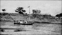 Saldé, chaland passant devant l'ancien fort. – « On débarqua à Saldé, poste militaire [colonne contre Abdoul Boubakar en 1883]. Il y a là une grosse tour carrée, assez semblable à un donjon du Moyen-Age, et construite par Faidherbe. Elle est absolument imprenable par les indigènes. Le rez-de-chaussée, où il n'y qu'une citerne et des approvisionnements, n'ouvre sur l'extérieur qu'au moyen de meurtrières. Un escalier extérieur, éloigné de deux mètres de la tour, permet, par un pont-levis, de pénétrer dans l'intérieur, au 1er étage. Quand le pont-levis est levé, le donjon est isolé. Il existe quelques fenêtres fermées par des volets de fer. La plate-forme, armée de deux canons, est crénelée ». Source : Correspondance d'Albert Nebout (1862-1940), rassemblée et publiée dans Nebout, Albert, Passions Africaines, Genève, Editions Eboris, 1995.