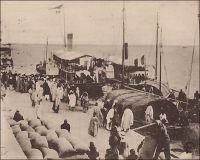 Saint-Louis, départ d'un convoi pour le Soudan. – Longtemps, le moyen le plus direct pour joindre le Soudan depuis l'extérieur du continent, resta la voie fluviale sur le fleuve Sénégal, depuis Saint-Louis jusqu'à Kayes, puis les pistes soudanaises. A compter de 1904, le chemin de fer entre Kayes et Bamako vint grandement améliorer la partie terrestre du trajet. Mais en 1924, la mise en service du tronçon ferroviaire entre Thiès et Kayes, mettant Bamako à moins de deux jours de train du port de Dakar, scella le déclin de la navigation commerciale sur le fleuve Sénégal.