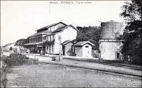 Rufisque, vue de la gare. (vers 1910) – Les travaux de construction de la ligne de chemin de fer entre Dakar et Saint-Louis commencent simultanément à partir de Rufisque et de Saint Louis en 1883, et le tronçon de 28 km entre Rufisque et Dakar est  le premier à entrer en exploitation dès juillet 1883. La gare de Rufisque connaît un essor avec l'ouverture de la ligne vers Djourbel au début du XXème siècle. Cet embryon de la ligne Thiès-Kayes draine en effet un important trafic lié à l'arachide. Ainsi, en 1909, 45 000 t. d'arachide sont débarquées à la gare de Rufisque. Cette ville, qui s'est développée progressivement à partir du XIVème  siècle sur un site initialement occupé par des villages de pécheurs, est alors le principal centre de traitement et d'exportation de l'arachide. Rufisque s'est imposée dans cette activité au cours du XIXème , grâce à sa situation géographique, à la porte du Cayor, et à son port. En 1880, 23 000 tonnes d'arachides sont exportées depuis Rufisque, soit plus de la moitié des exportations de la colonie. Centre commercial et administratif important, Rufisque devient une commune avant même Dakar, le 12 juin 1880. Mais elle connaît dès la fin des années 1920 un déclin inexorable. Ses activités portuaires sont concurrencées par celles d'autres villes, Dakar et Kaolack notamment. Son rayonnement a pali depuis que Dakar est devenu en 1902 la capitale de l'AOF et reçoit la majeure partie des investissements publics. L'âge d'or de Rufisque s'achève définitivement avec la crise économique des années 1930. La gare de Rufisque est classée parmi les monuments historiques du Sénégal depuis les années 1970. A visiter : http://www.rufisquenews.com/rufisque_une_ville_une_histoire.html